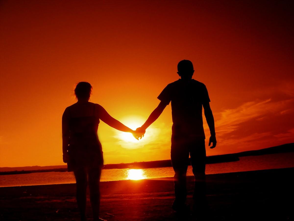 holding hands beach