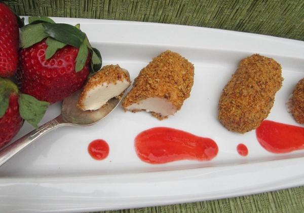 Recipe: Vegan Vanilla Ice Cream With Toasted Almonds and Strawberries